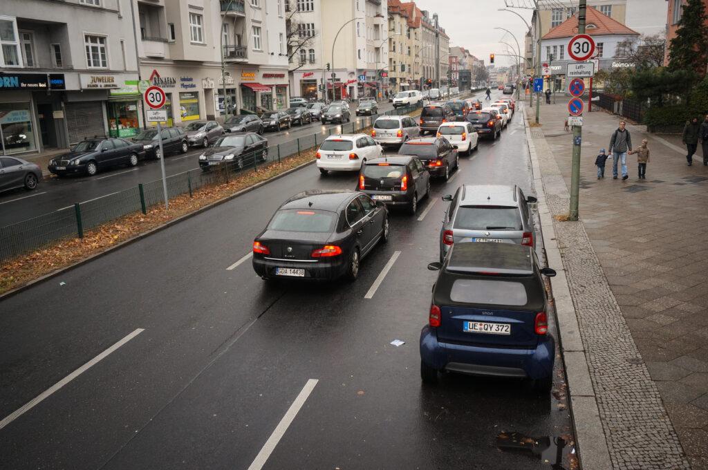 Vierspurige Straße und zwei Parkstreifen