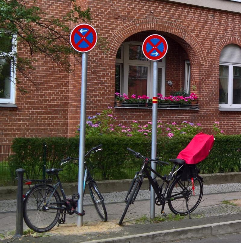 An beiden neuen Halteverbotsschilder ist je ein Fahrrad angeschlossen.