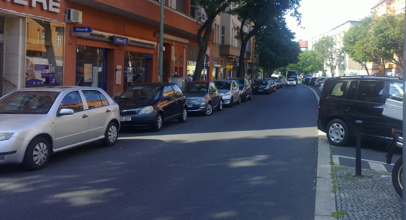 Parkstreifen an allen Straßenrändern