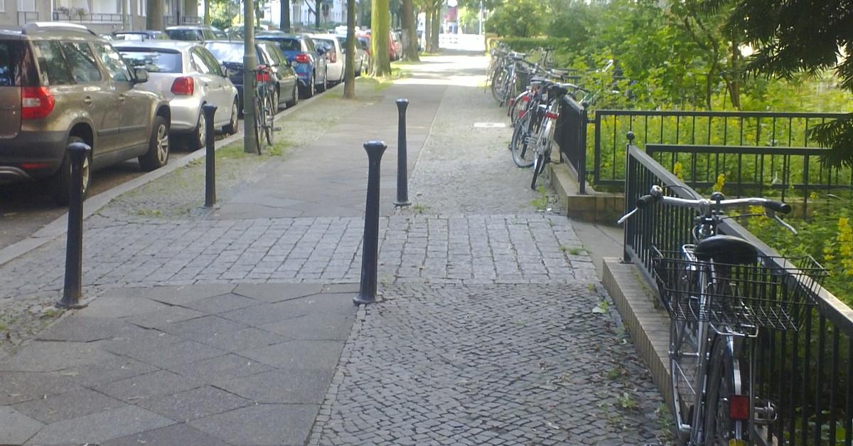 Fahrräder lehnen am Zaun von Vorgärten im Schulenburgring