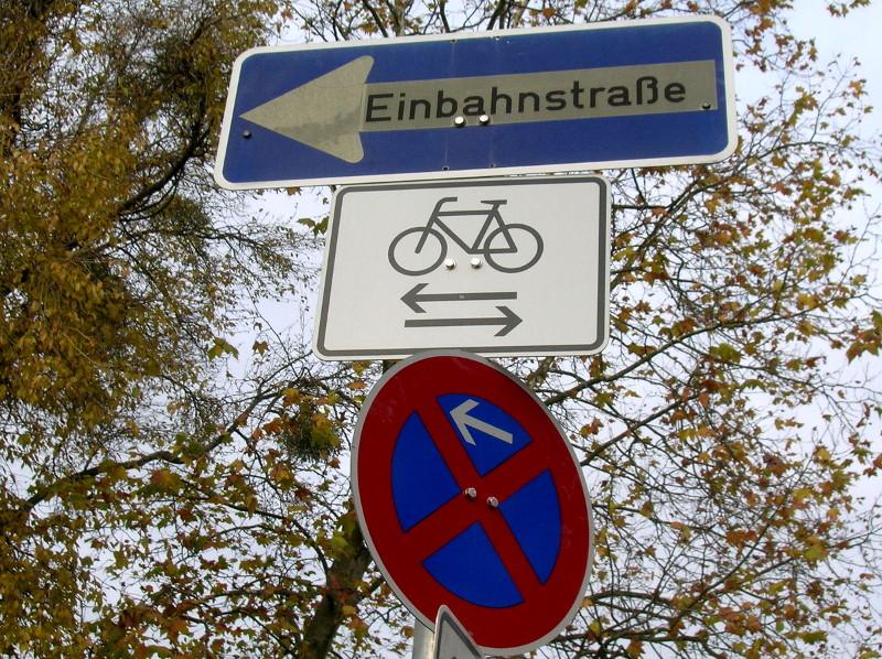 Einbahnstraße, für gegenläufigen Radverkehr geöffnet mit absolutem Halteverbot