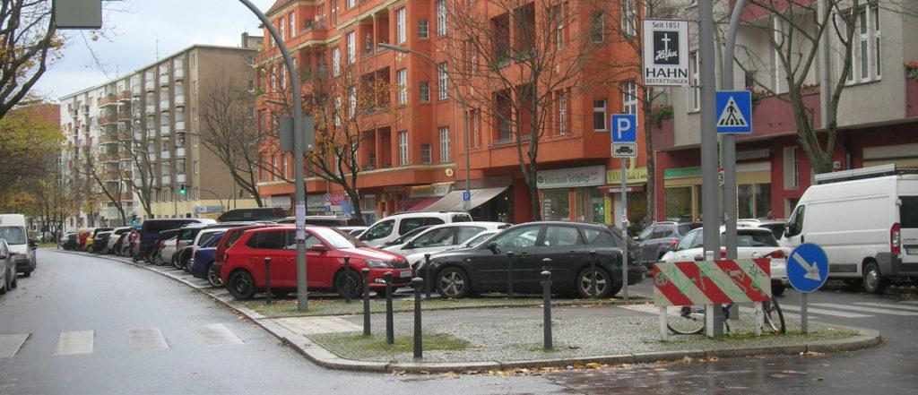 Voll beparkter Mittelstreifen